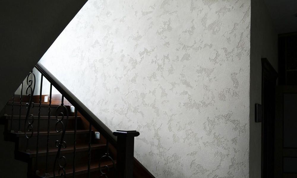 теплоту близких, декоративные краски в холле с лестницей фото картинка